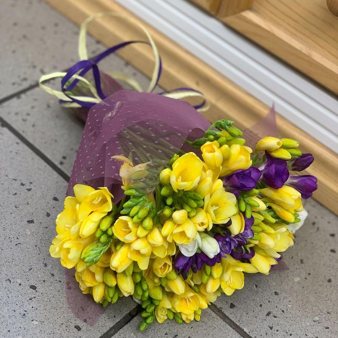 51 желтая фрезия в букете Фрезии Желтые