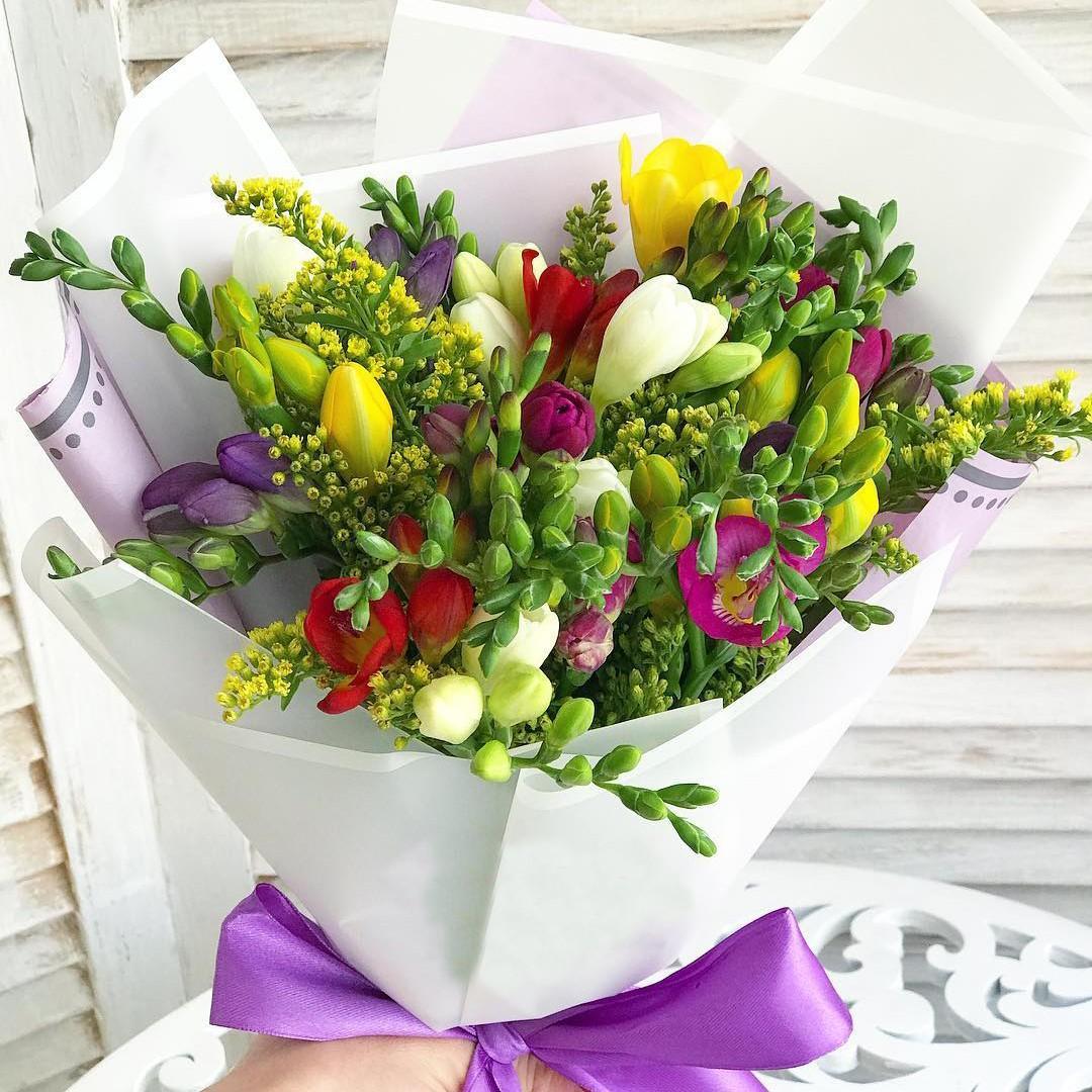 15 разноцветных фрезий в букете Фрезии Красные