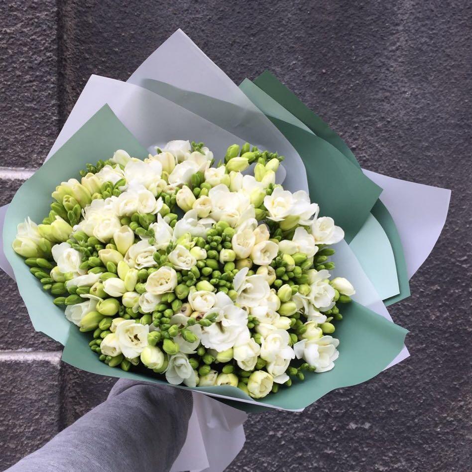 35 белых фрезий в букете Фрезии Белые