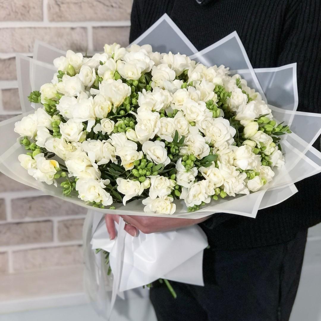 101 фрезия с кустовыми розами Фрезии Белые Venus in Fleurs