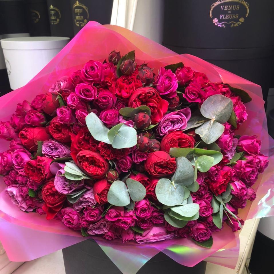 Красные пионовидные розы с кустовыми в букете Букеты Красные Venus in Fleurs