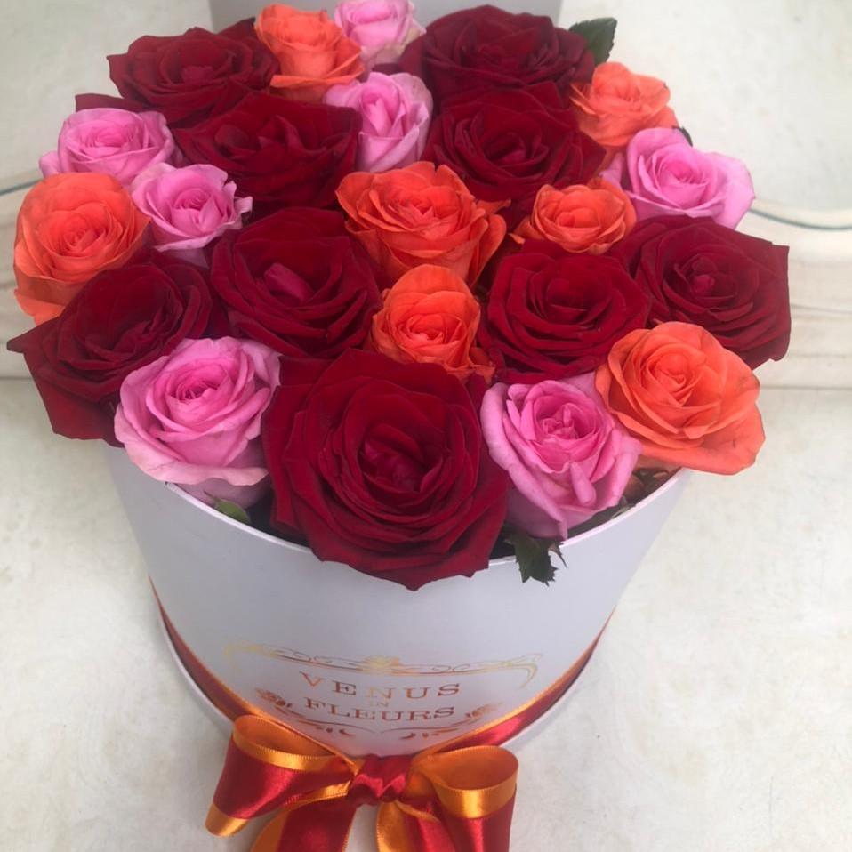 25 розово-коралловых роз в коробке 25 роз в коробке Белые