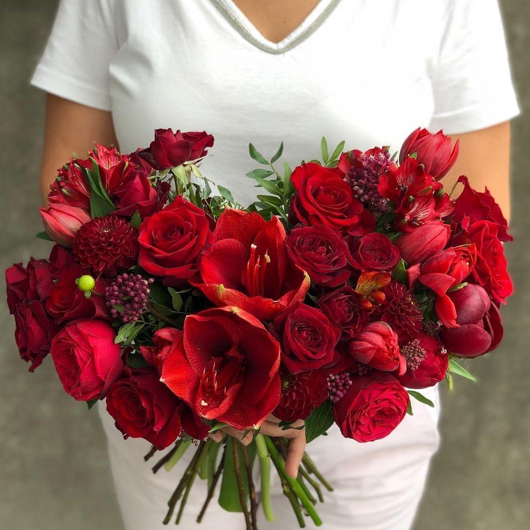 Красный микс из амариллисов и пионовидных роз Красные Venus in Fleurs