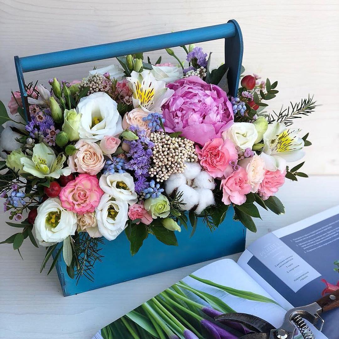 Пионы с эустомой в кашпо Букеты в ящике Розовые Venus in Fleurs