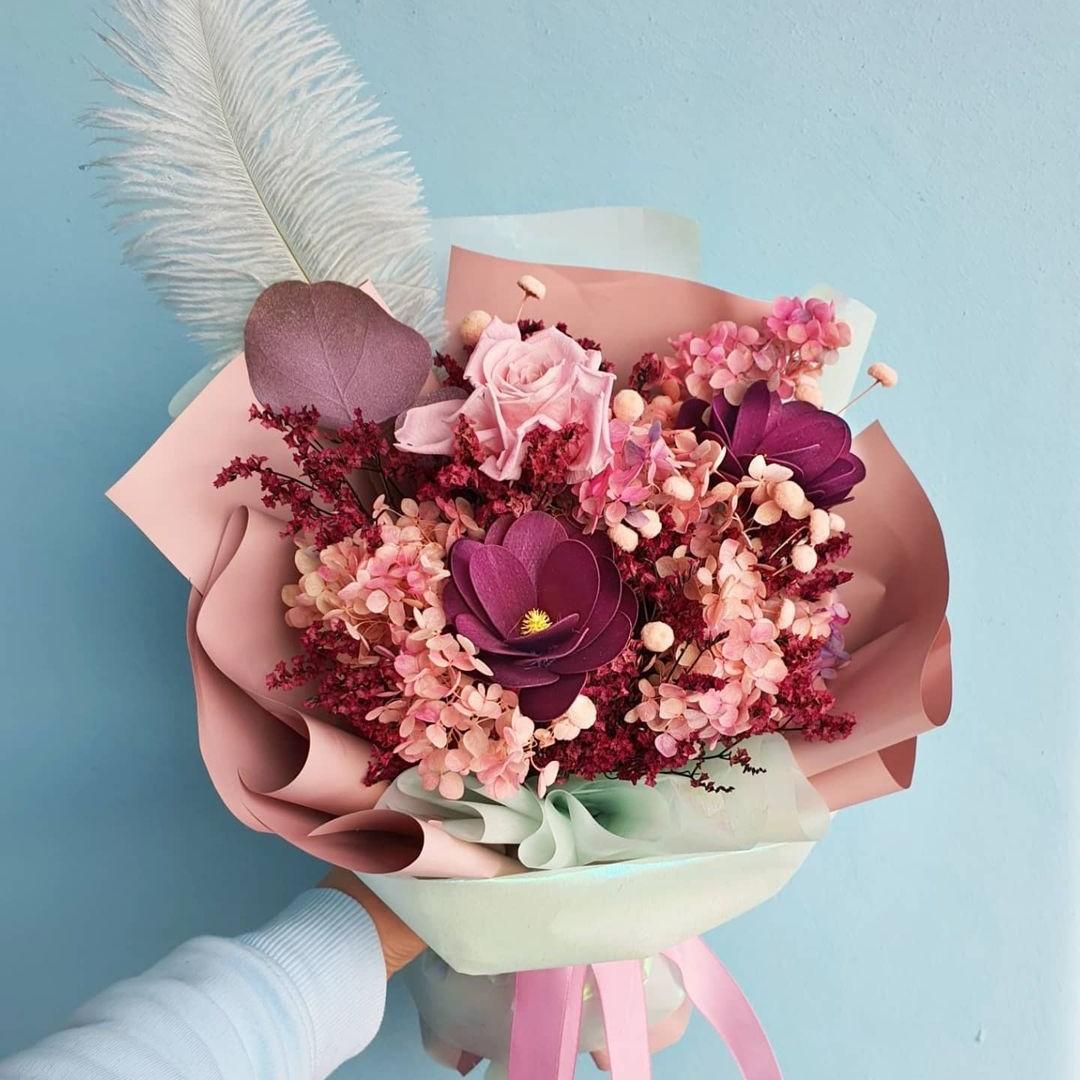 Букет из гортензии с пером Сухоцветы Розовые Venus in Fleurs
