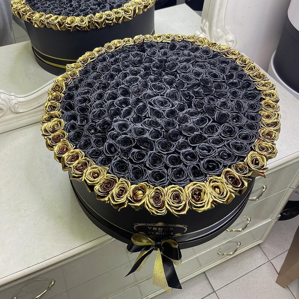 Черные розы в коробке с золотой окантовкой Розы в коробке Золотые
