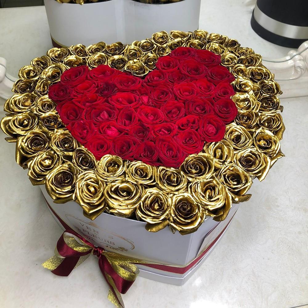 Букет с двойной окантовкой Розы в коробке Красные Venus in Fleurs