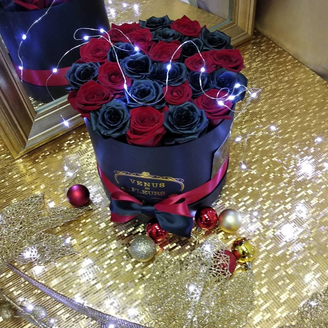 Черные розы в коробке с красными Розы в коробке Красные Venus in Fleurs