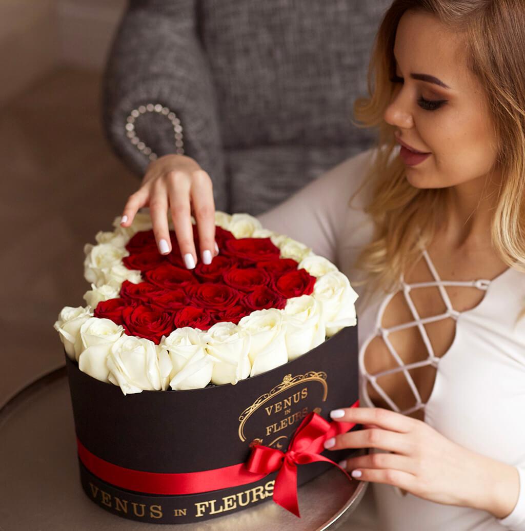 Розы для любимой Розы в коробке Красные Venus in Fleurs