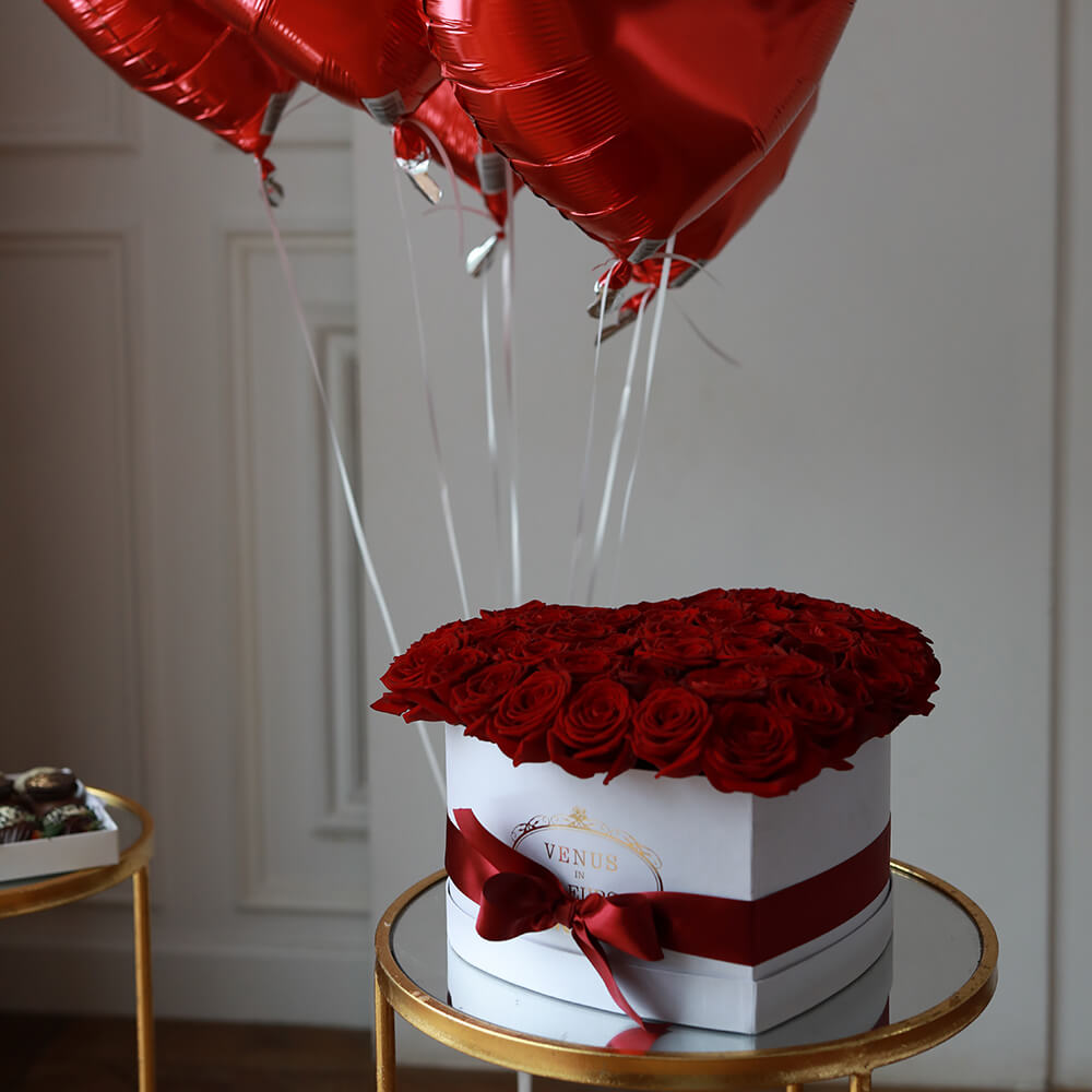 Сердце из красных роз Розы в коробке Красные Venus in Fleurs