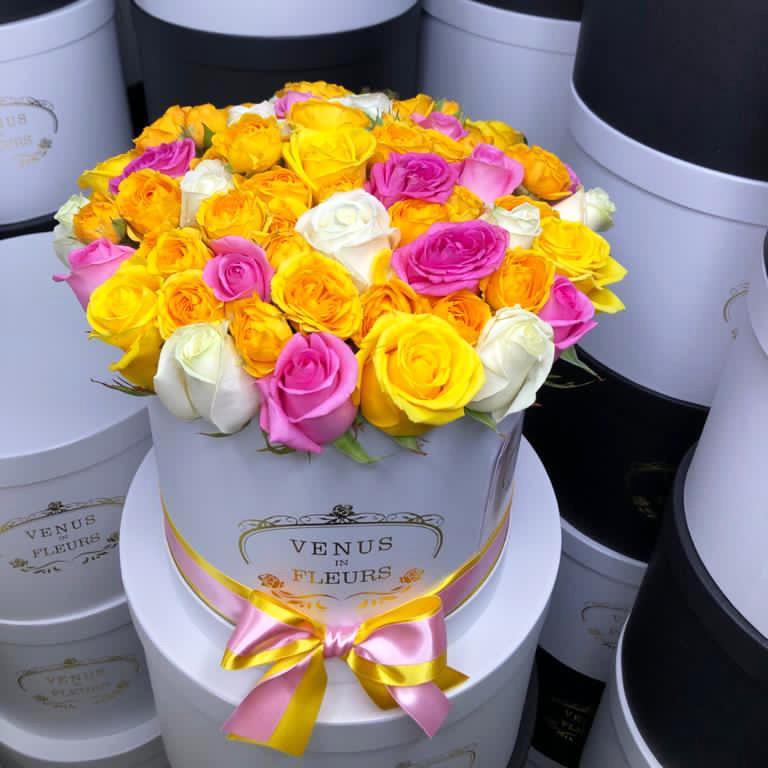 Яркий букет в коробке Миксы цветов в коробке Белые
