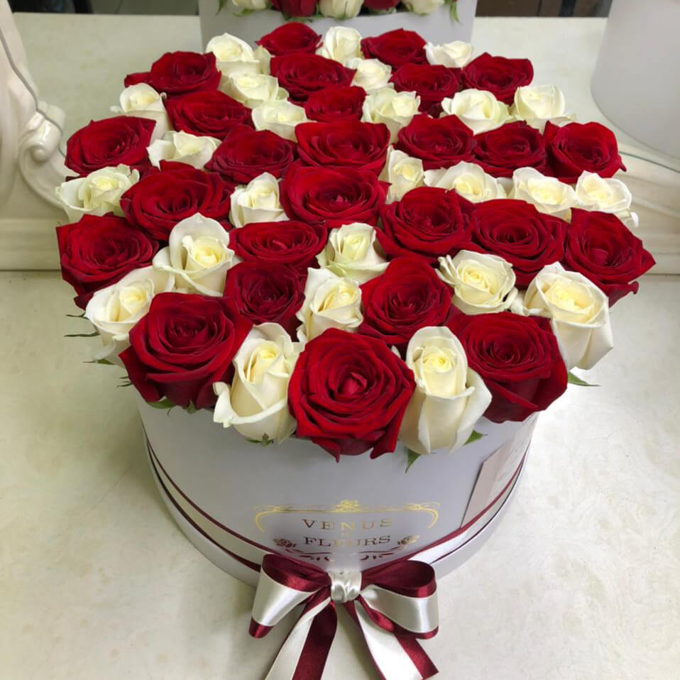 Красно-белые розы в коробке Бизнес-букеты Красные