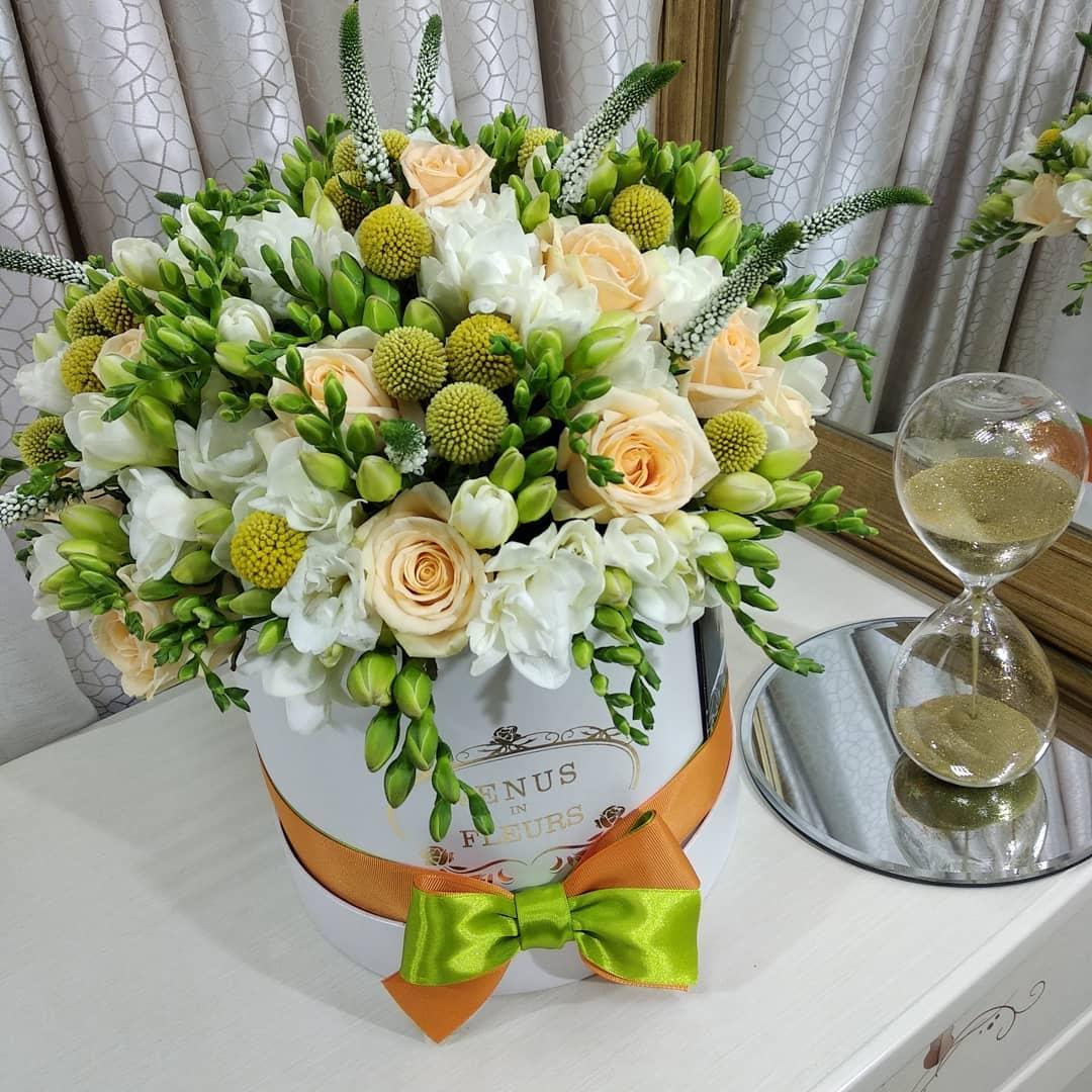 Букет цветов в коробке Миксы цветов в коробке Белые Venus in Fleurs