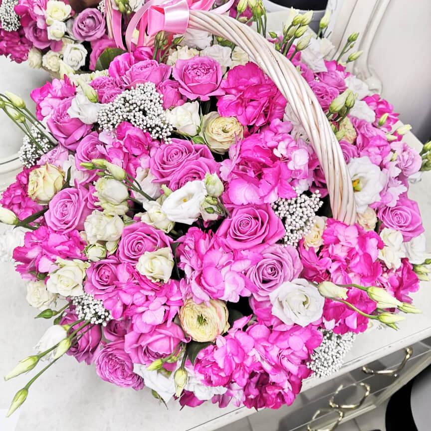 Корзина в нежных тонах Корзины с цветами Розовые