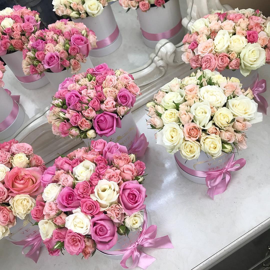 Кустовые розы в коробке Бизнес-букеты Розовые