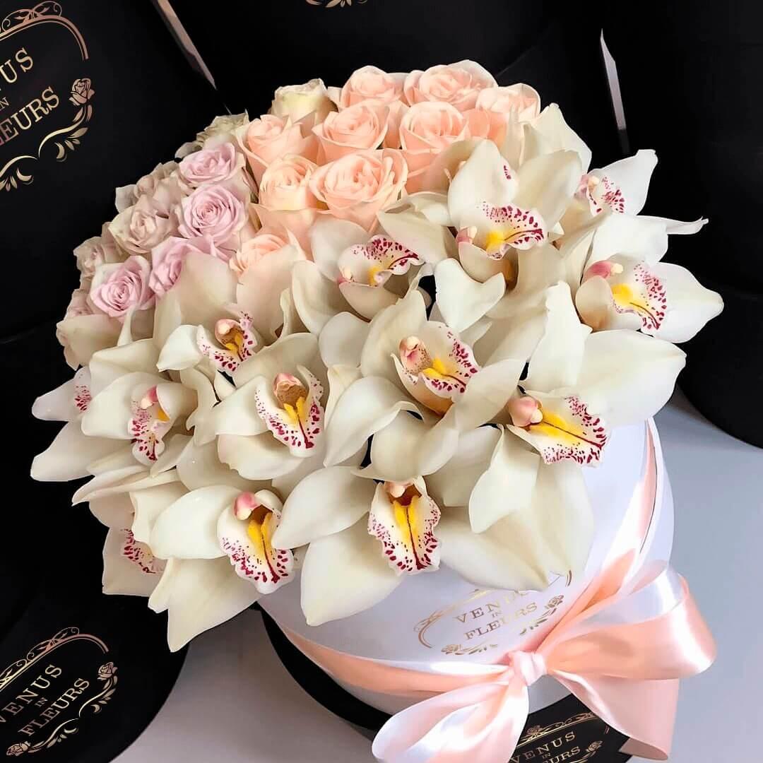 Букет с орхидеями и розами Бизнес-букеты Белые Venus in Fleurs