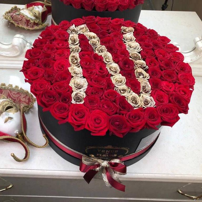 Красные розы с буквой Бизнес-букеты Красные Venus in Fleurs