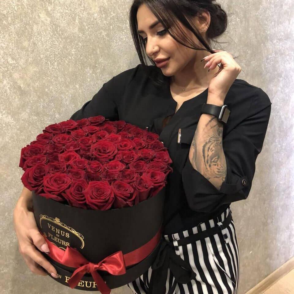 Красные розы в коробке Бизнес-букеты Красные Venus in Fleurs