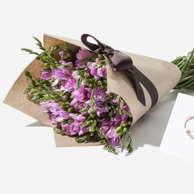 51 розовая фрезия в букете Фрезии Фиолетовые Venus in Fleurs