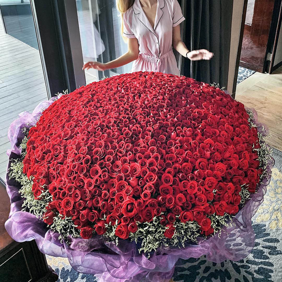1001 роза - 100 см. Букеты Красные Venus in Fleurs