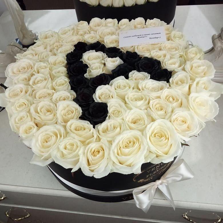 Белые розы с черной буквой Розы в коробке Белые Venus in Fleurs