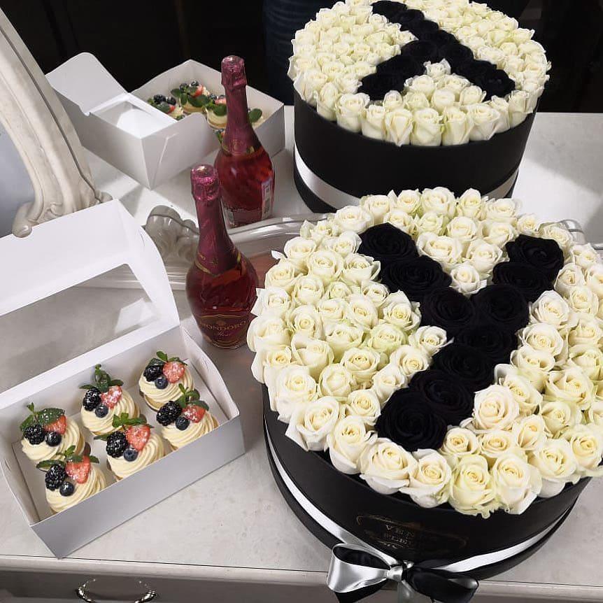 Белые розы с черной буквой Розы в коробке Белые