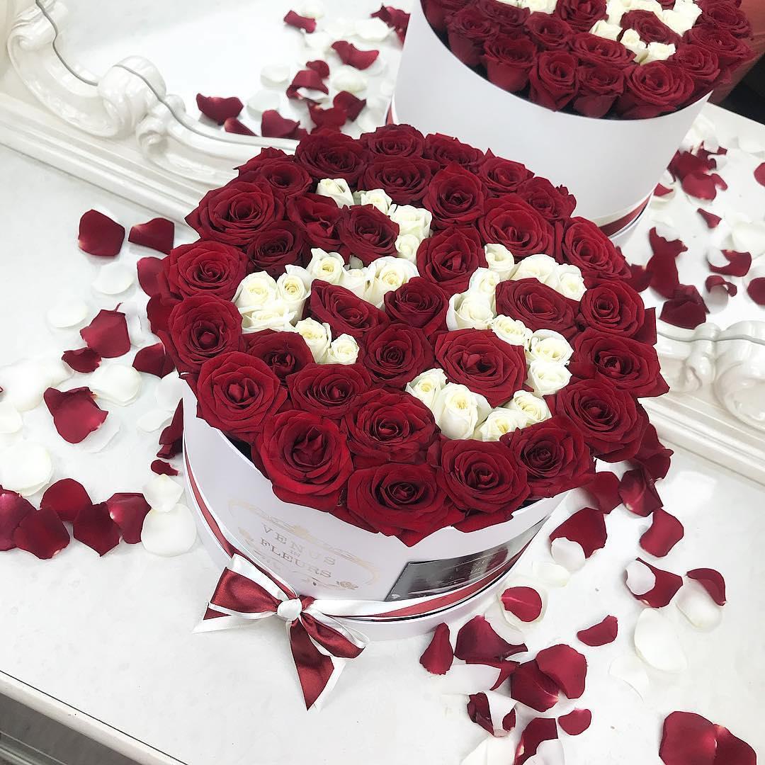 Букет цветов с днем рождения Розы в коробке Красные Venus in Fleurs