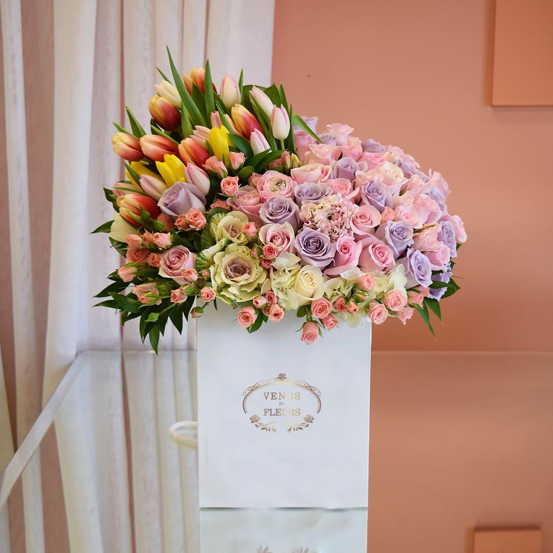 Букет из роз и тюльпанов Цветы в коробке Розовые Venus in Fleurs