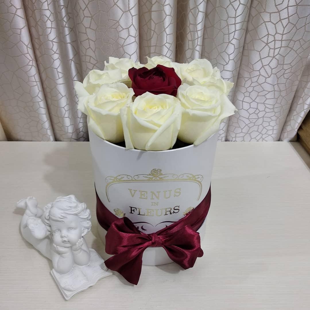 Букет в коробке - недорого Бизнес-букеты Красные Venus in Fleurs
