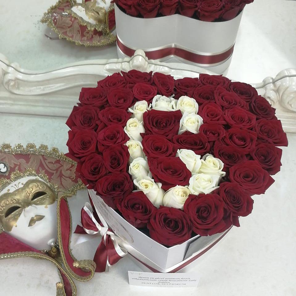 Буквы из роз Розы в коробке Красные Venus in Fleurs