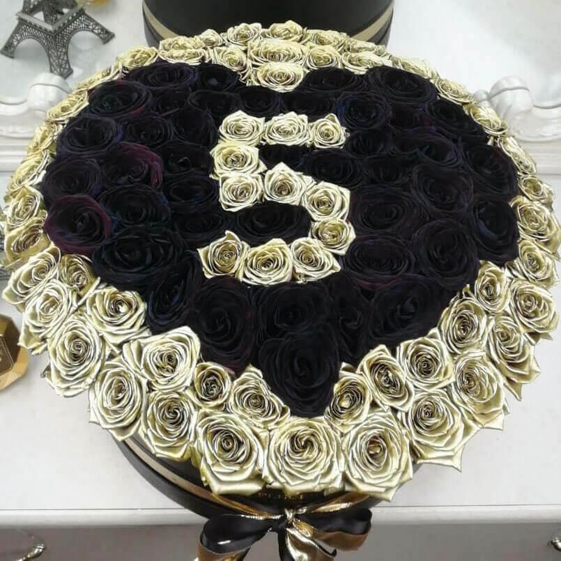 Черные розы в коробке с датой Розы в коробке Золотые Venus in Fleurs