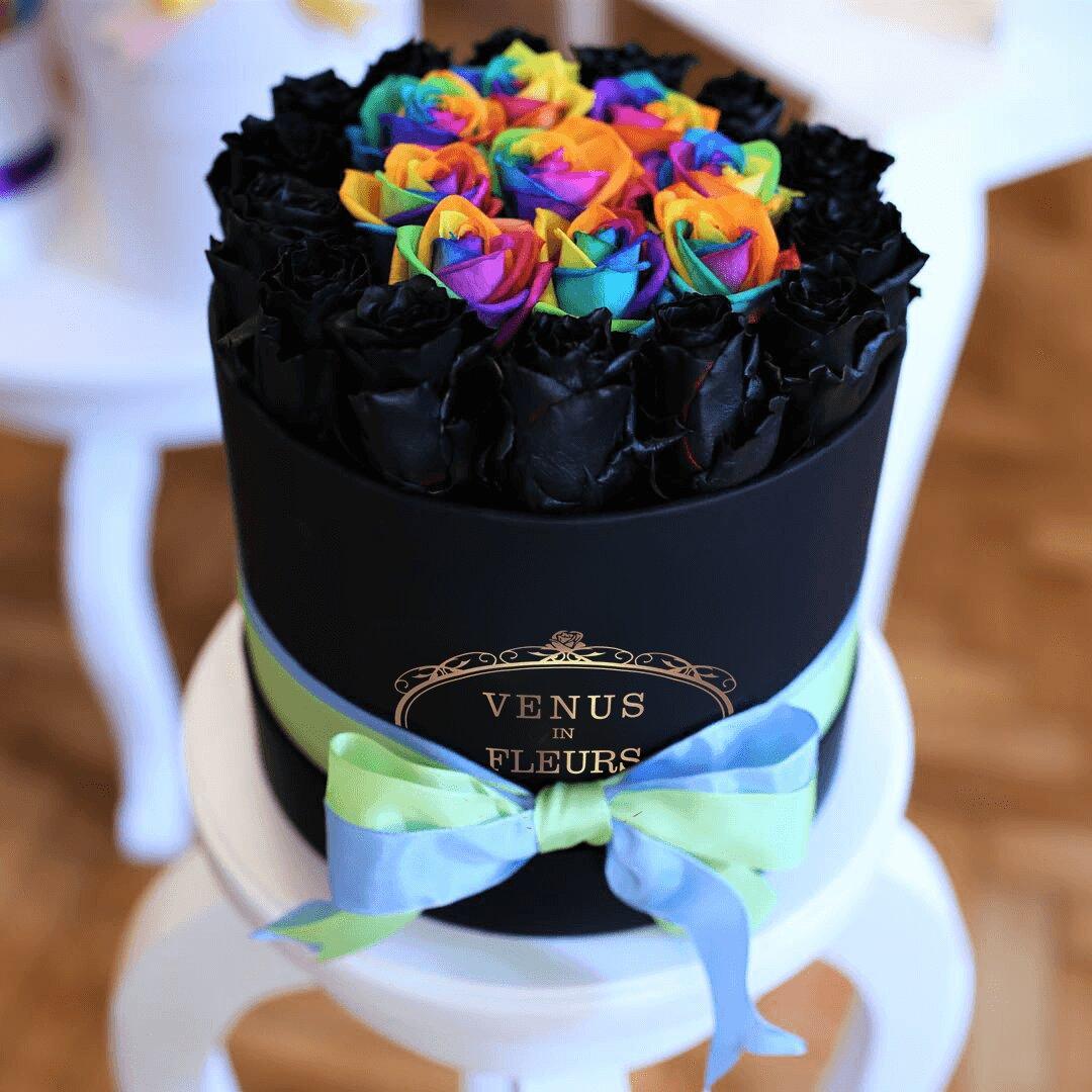 Черные розы в коробке с радужными Розы в коробке Радужные Venus in Fleurs
