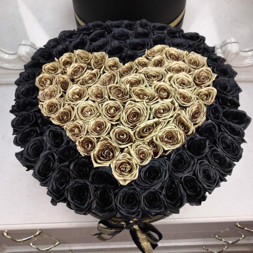 Черные розы в коробке с золотым сердцем Розы в коробке Золотые Venus in Fleurs