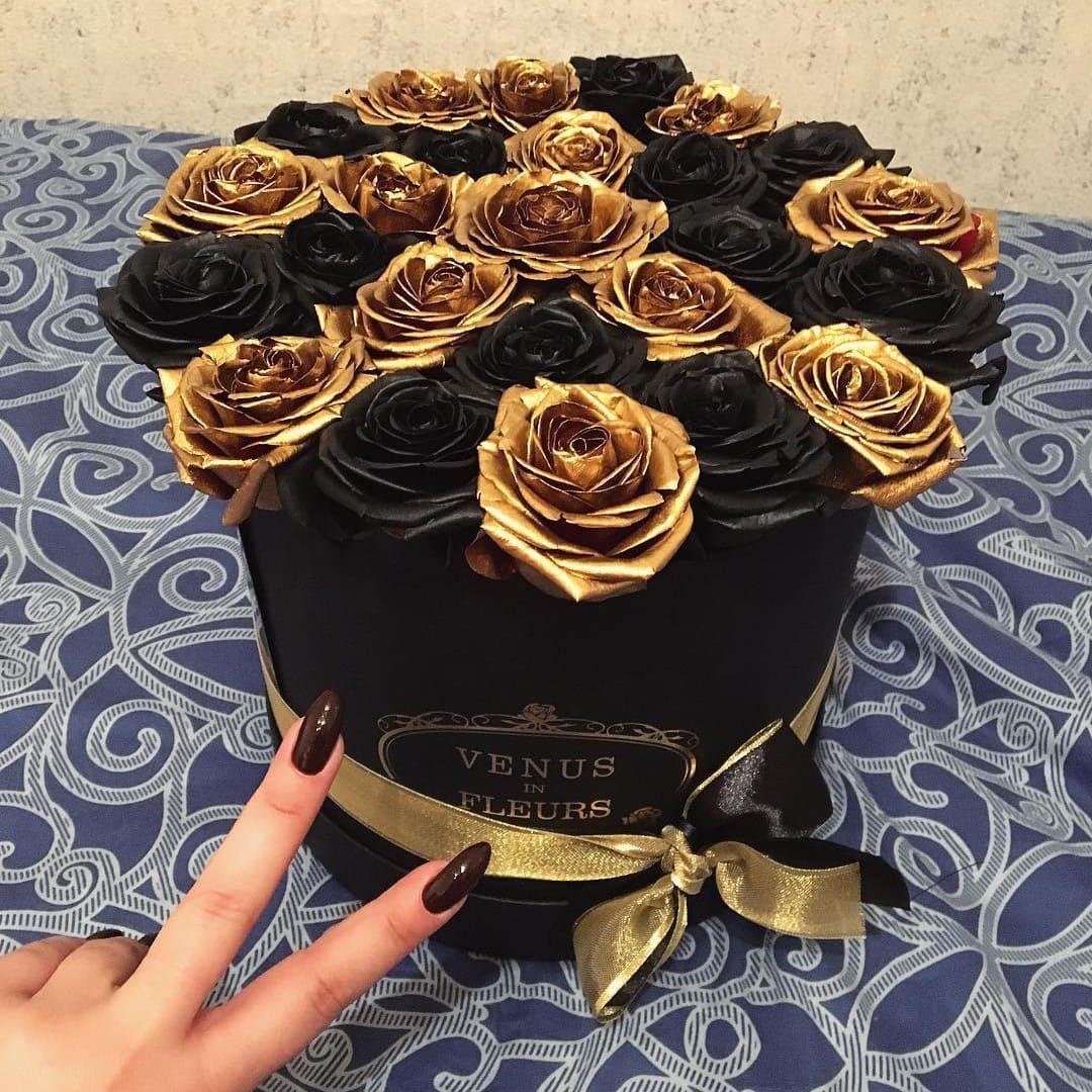 Черные розы в коробке с золотыми - chess Розы в коробке Золотые Venus in Fleurs