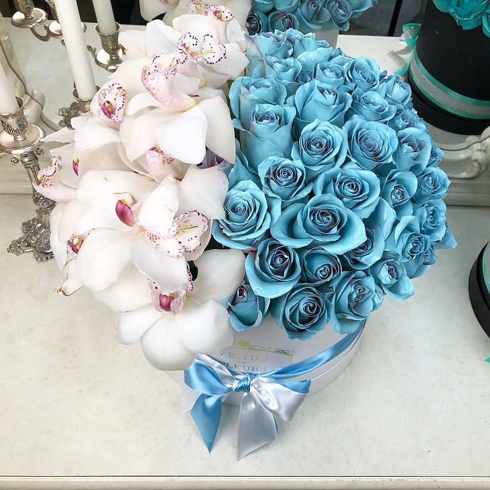 Голубые розы с орхидеей в коробке Миксы цветов в коробке Белые