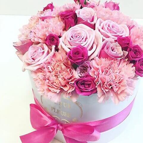 Гвоздики в коробке Миксы цветов в коробке Розовые Venus in Fleurs