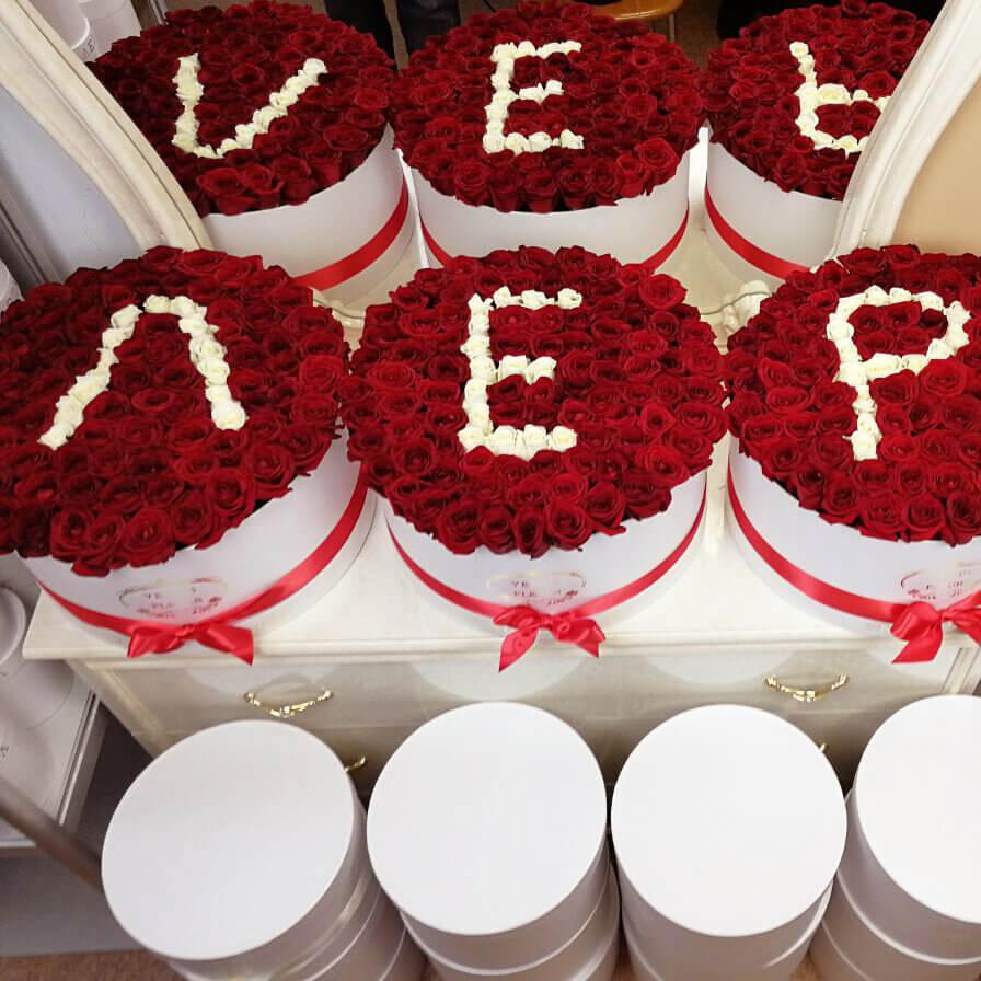 Имя из роз Розы в коробке Красные Venus in Fleurs