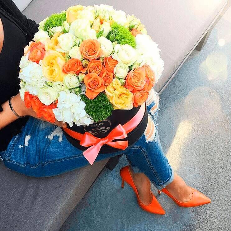 Красивый яркий букет Миксы цветов в коробке Белые Venus in Fleurs