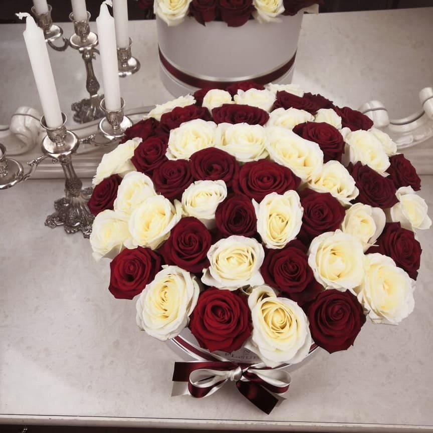 Красно-белые розы в коробке Бизнес-букеты Красные Venus in Fleurs