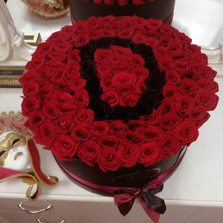 Красные розы с черной буквой Розы в коробке Красные