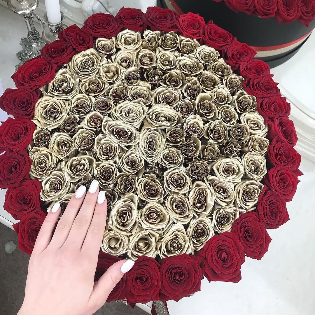 Необычный букет цветов Розы в коробке Красные Venus in Fleurs