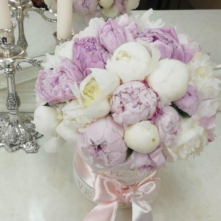 Красно-белые пионы Цветы в коробке Розовые Venus in Fleurs