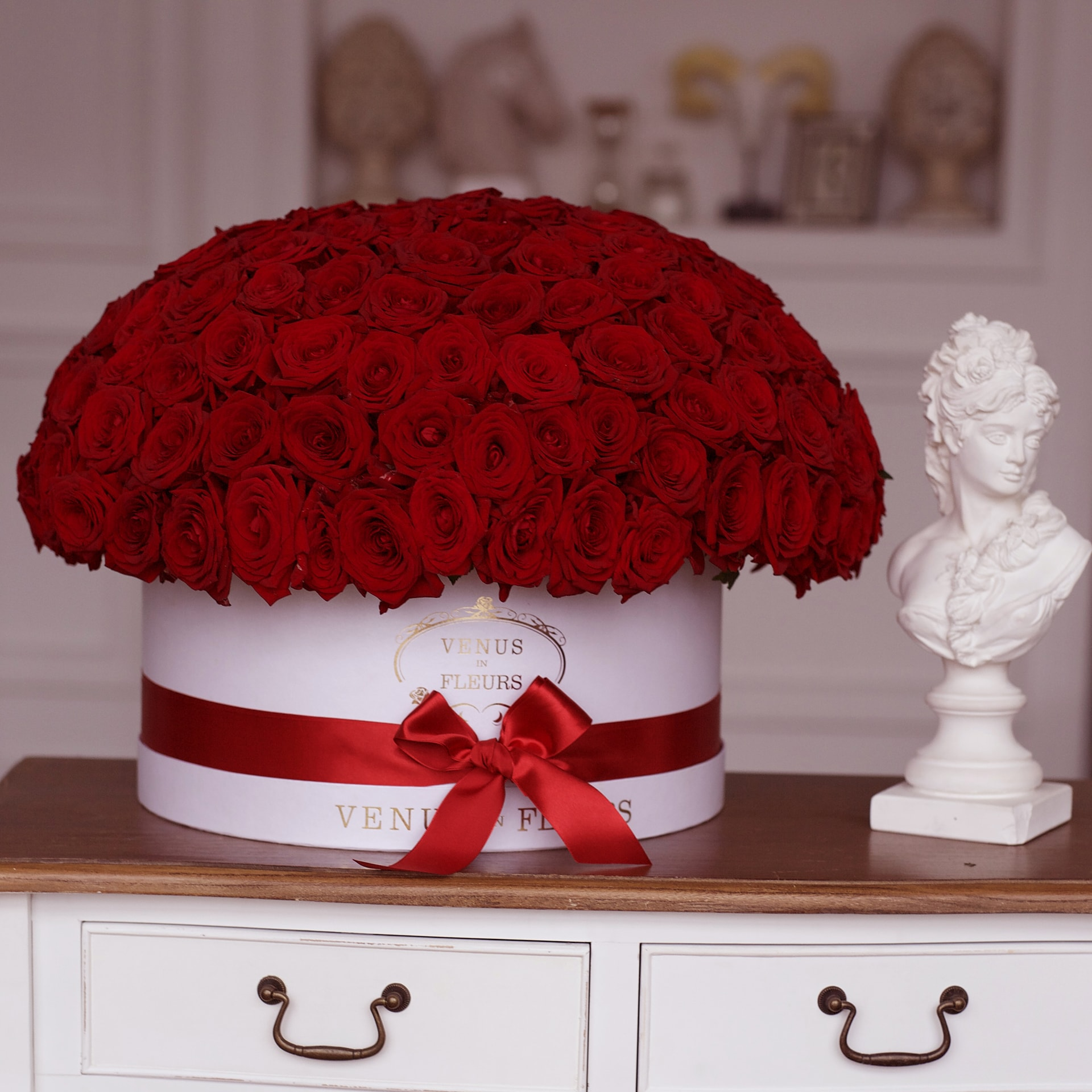 Пышный букет роз Розы в коробке Красные Venus in Fleurs