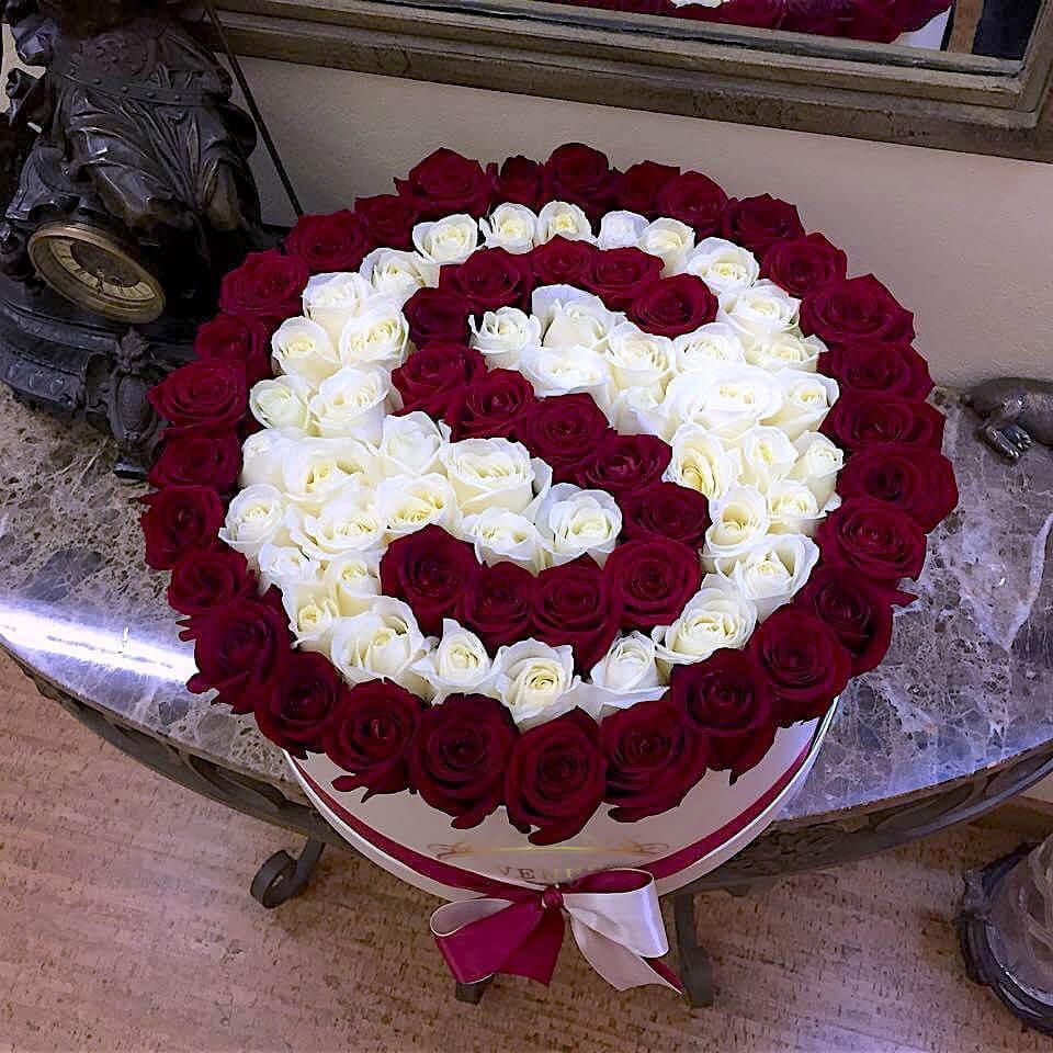 Розы с буквой на белом фоне Бизнес-букеты Красные Venus in Fleurs