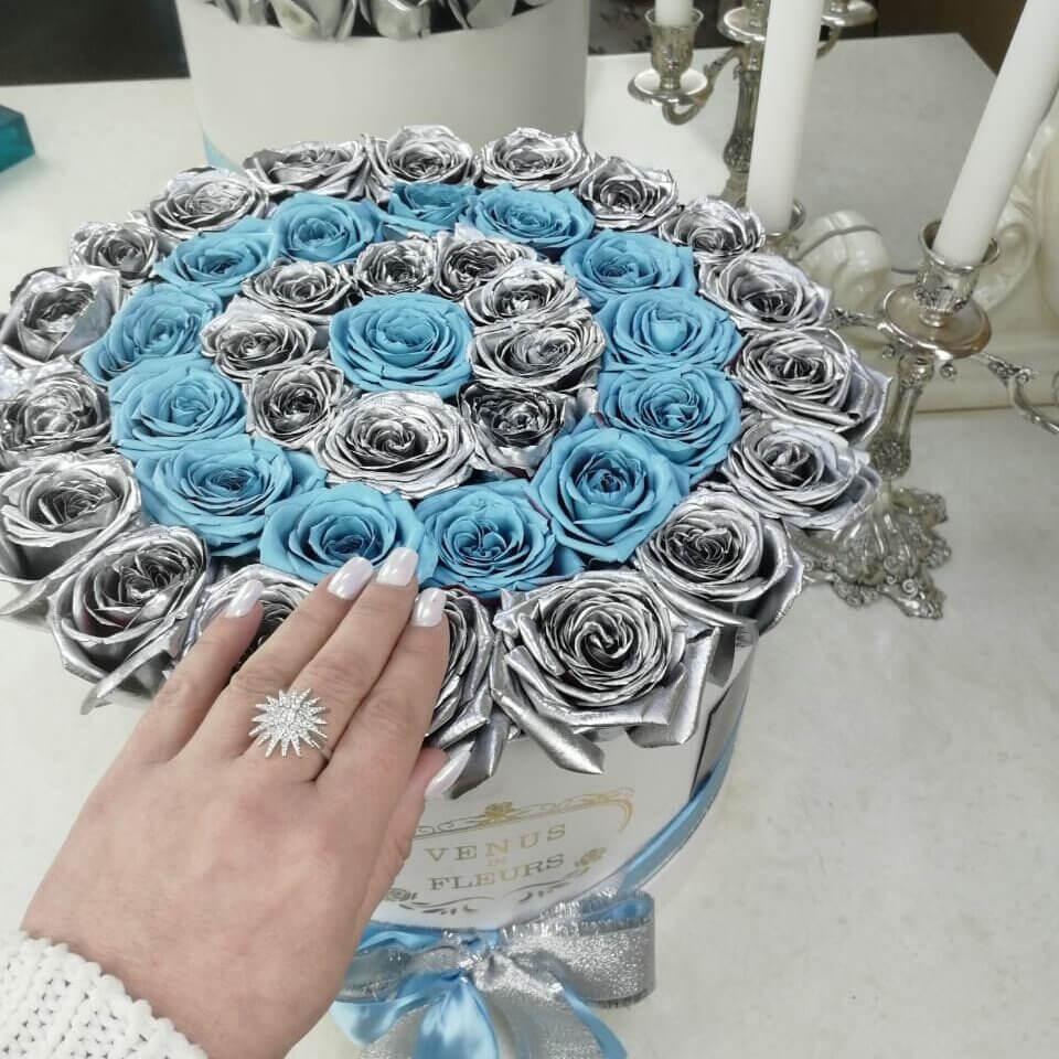 Серебряные розы с голубыми в коробке Бизнес-букеты Голубые Venus in Fleurs