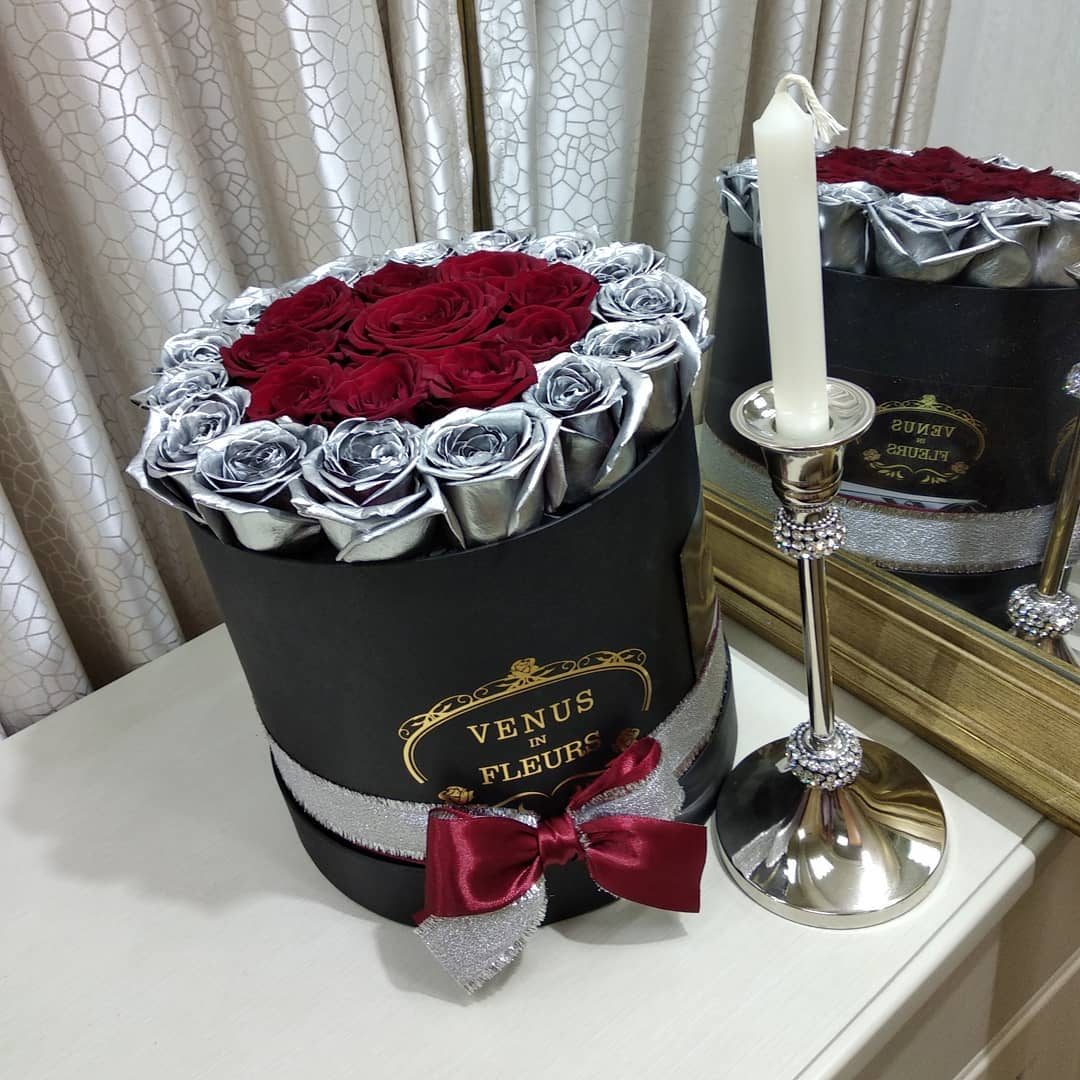 Серебряные розы с красными Розы в коробке Красные Venus in Fleurs
