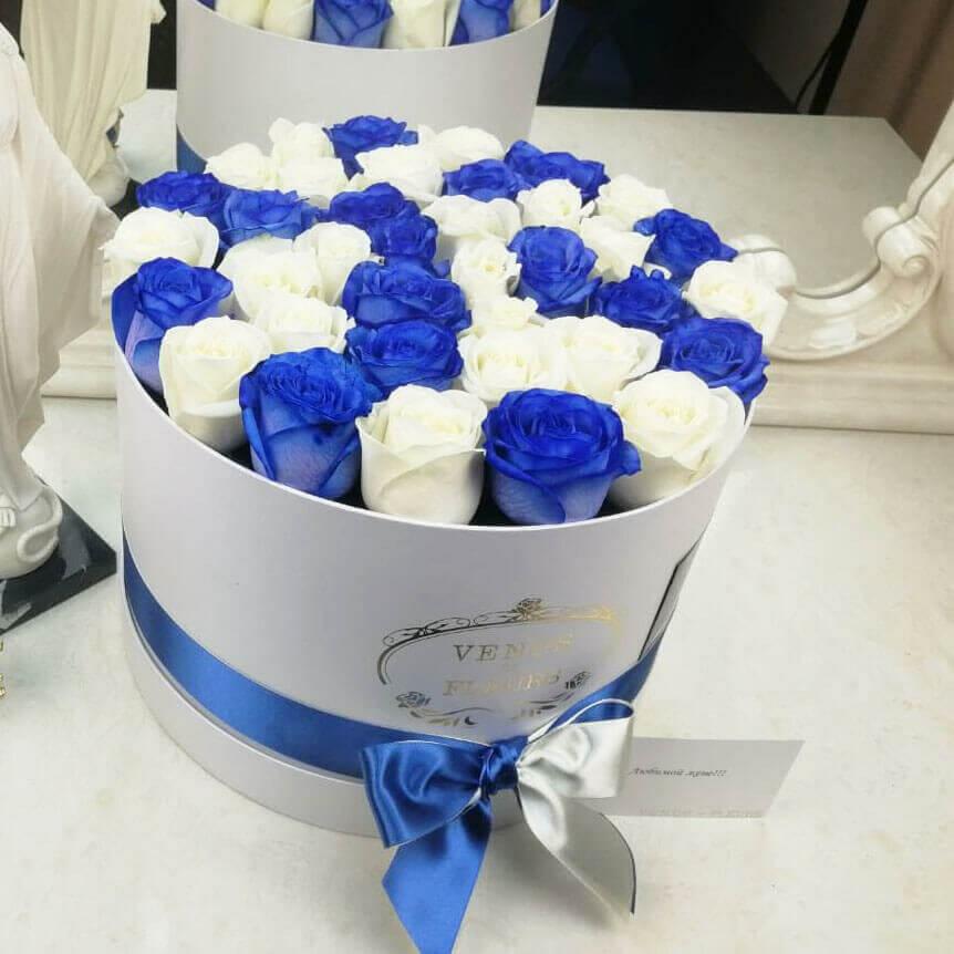 Синие розы с белыми от 19 шт. Бизнес-букеты Синие Venus in Fleurs