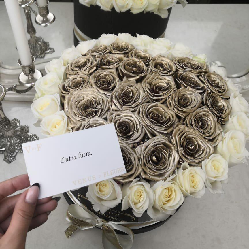 Современный букет Розы в коробке Золотые
