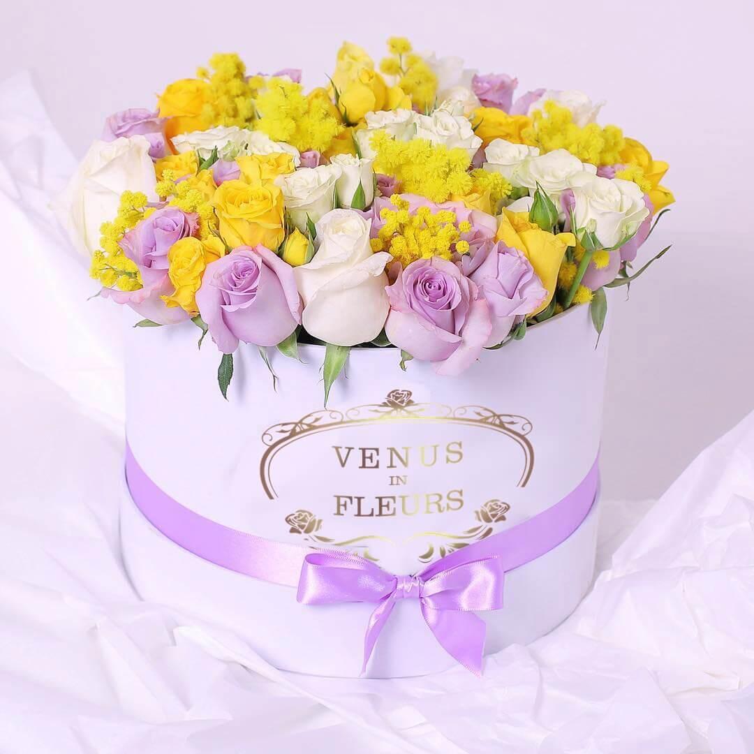 Яркий букет в коробке Миксы цветов в коробке Белые Venus in Fleurs