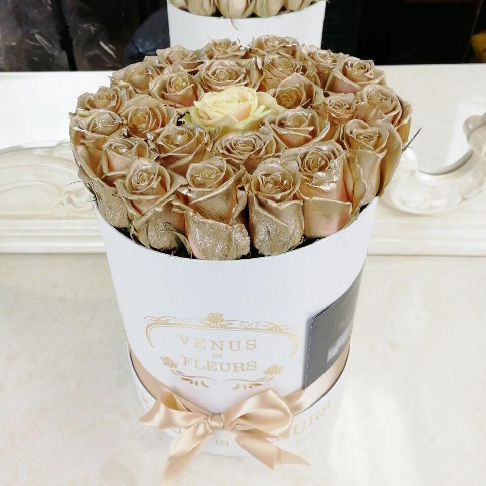 Золотые розы в коробке Golden romance Бизнес-букеты Белые Venus in Fleurs